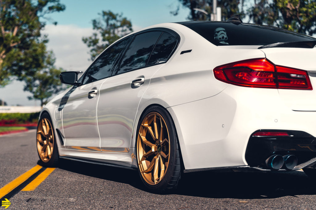 Alpine White BMW G30 530e With MOMO RF-5C FlowFormed Wheels